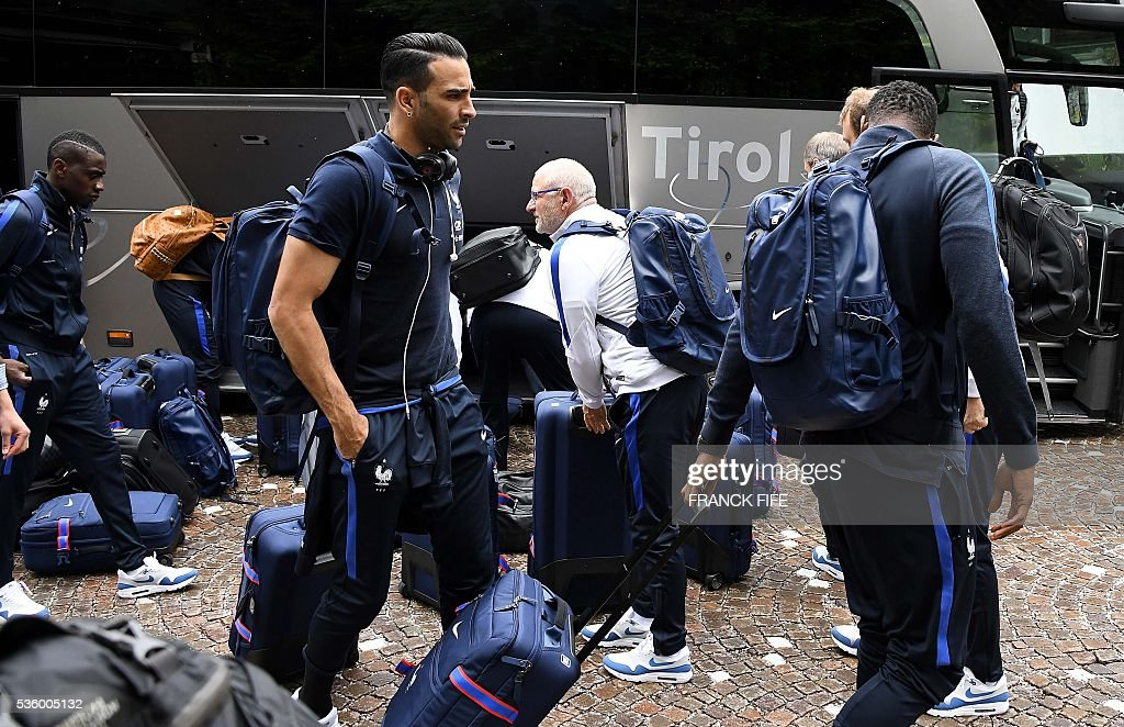 France's defender Adil Rami (C) and his teammates arrive at the hotel in Neustift im Stubaital near Innsbruck, Austria, on May 31, 2016, where the team stays for a traning camp as part of preparations for the upcoming Euro 2016 European football championships. / AFP / FRANCK