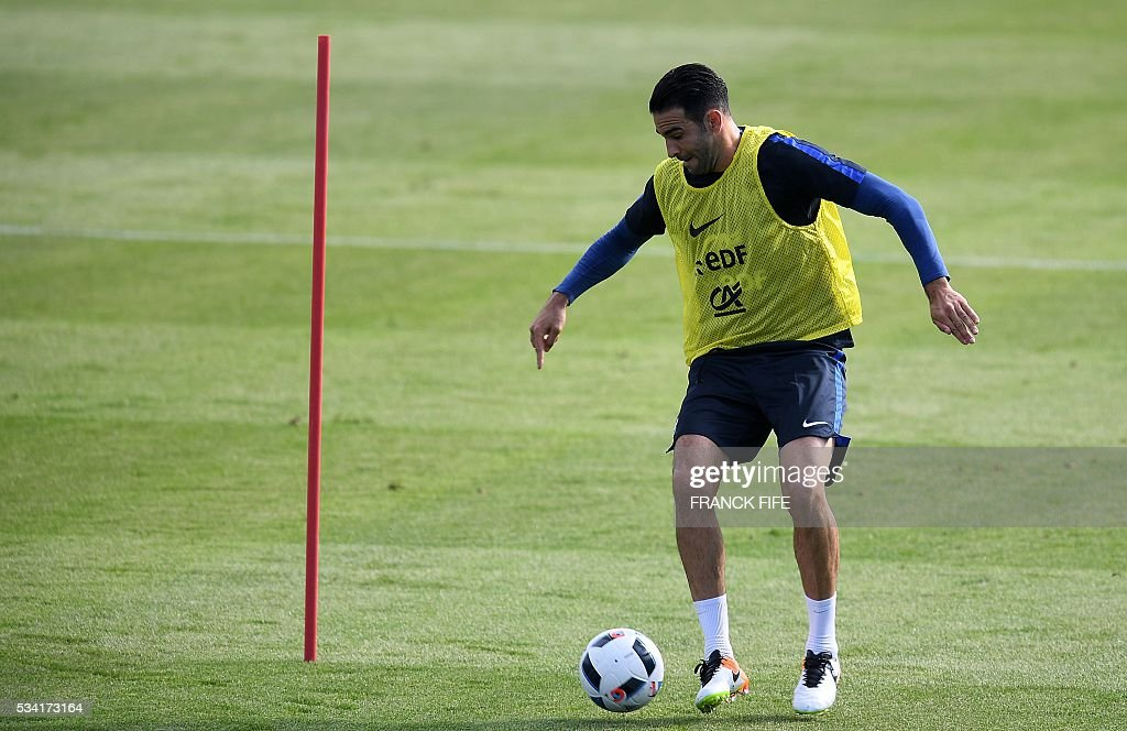 France's defender Adil Rami controls the ball during a training session in Clairefontaine as part of the team's preparation for the upcoming Euro 2016 European football championships, on May 25, 2016. / AFP / FRANCK