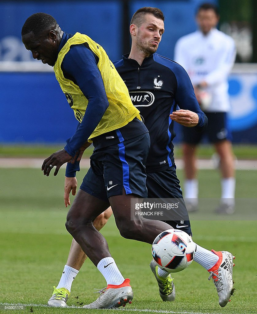 France's defender Eliaquim Mangala (L) and France's midfielder Morgan Schneiderlin take part in a training session in Clairefontaine-en-Yvelines, southwest of Paris, on June 6, 2016, during the Euro 2016 football tournament. / AFP / FRANCK