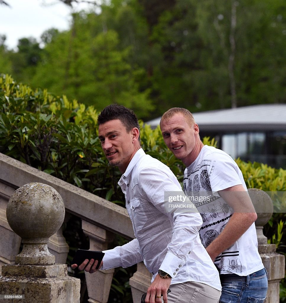 France's defender Laurent Koscielny (L) and France's defender Jeremy Mathieu arrive at the French national football team training base in Clairefontaine on May 24, 2016, as part of the team's preparation for the upcoming Euro 2016 European football championships. / AFP / FRANCK