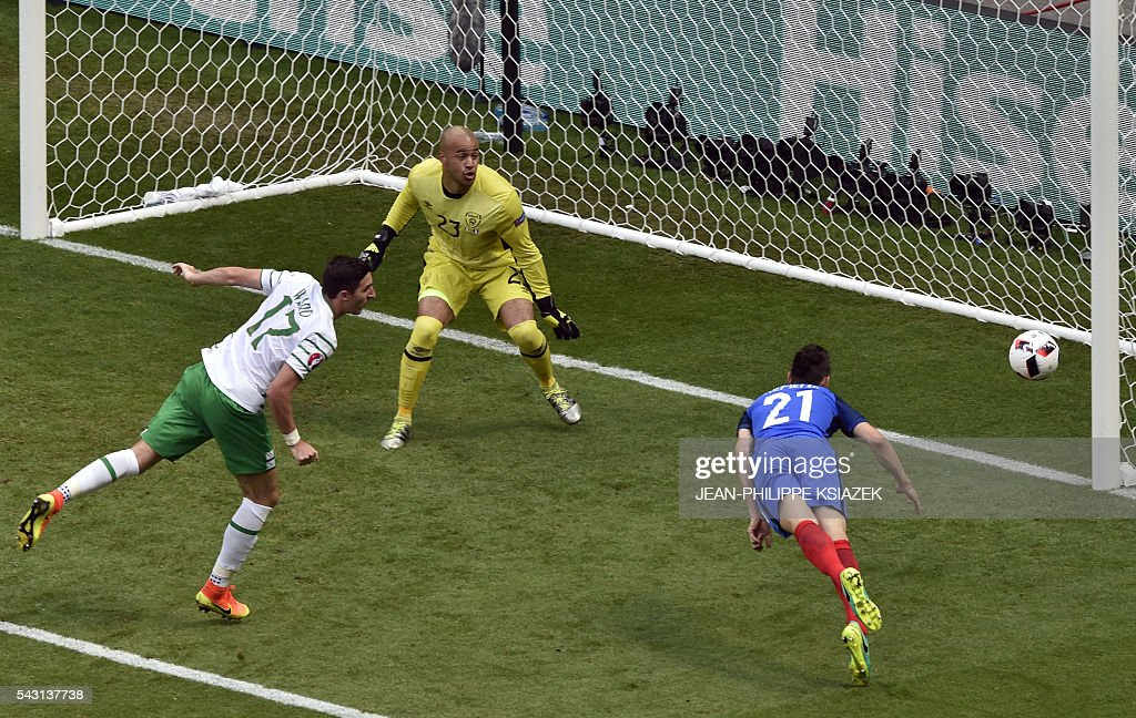 France's defender Laurent Koscielny (R) and Ireland's defender Stephen Ward and Ireland's goalkeeper Darren Randolph vie for the ball during the Euro 2016 round of 16 football match between France and Republic of Ireland at the Parc Olympique Lyonnais stadium in Décines-Charpieu, near Lyon, on June 26, 2016. / AFP / JEAN