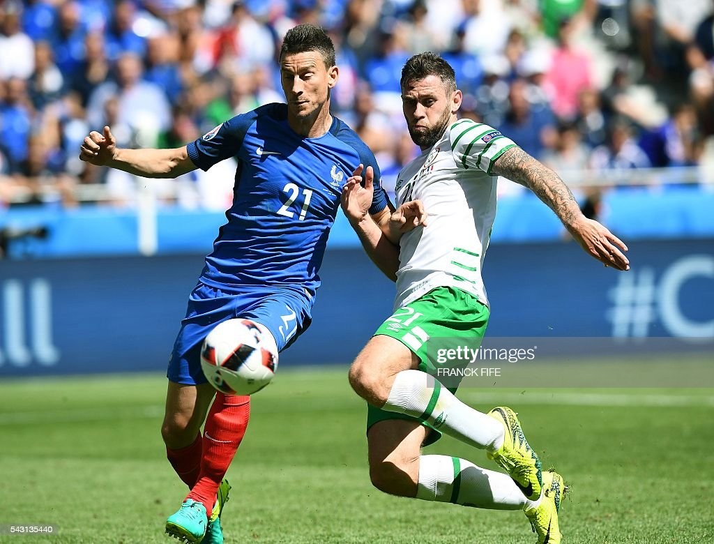 France's defender Laurent Koscielny (L) and Ireland's forward Daryl Murphy vie for the ball during the Euro 2016 round of 16 football match between France and Republic of Ireland at the Parc Olympique Lyonnais stadium in Décines-Charpieu, near Lyon, on June 26, 2016. / AFP / FRANCK
