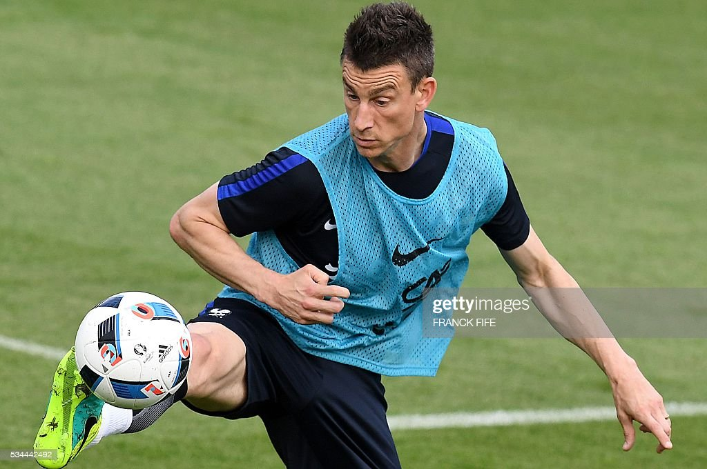 France's defender Laurent Koscielny controls the ball during a training session in Clairefontaine en Yvelines on May 26, 2016, as part of the team's preparation for the upcoming Euro 2016 European football championships. / AFP / FRANCK
