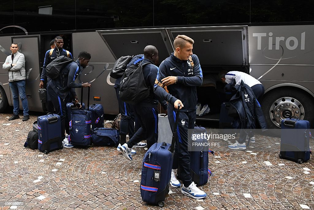 France's defender Lucas Digne (C) and his teammates arrive at the hotel in Neustift im Stubaital near Innsbruck, Austria, on May 31, 2016, where the team stays for a traning camp as part of preparations for the upcoming Euro 2016 European football championships. / AFP / FRANCK