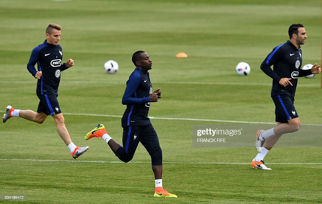France's defender Lucas Digne, midfielder Blaise Matuidi and defender Adil Rami run during a training session in Clairefontaine as part of the team's preparation for the upcoming Euro 2016 European football championships, on May 25, 2016. / AFP / FRANCK