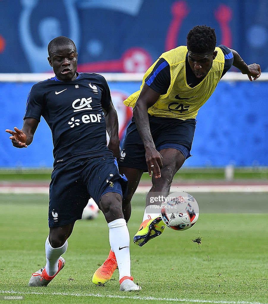 France's defender Samuel Umtiti (R) and France's midfielder N'Golo Kante take part in a training session in Clairefontaine-en-Yvelines, southwest of Paris, on June 6, 2016, during the Euro 2016 football tournament. / AFP / FRANCK