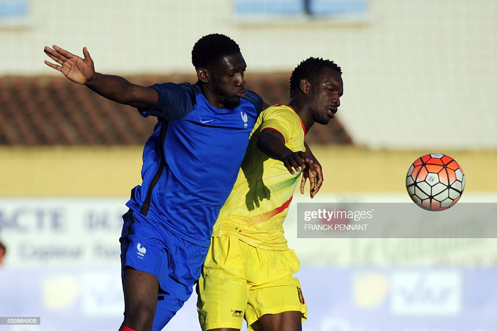 France's Dylan Batubatsika (L) vies with Mali's Adama Niane during the Under 21 international football match betwen France and Mali at the Perruc stadium in Hyeres, southern France on May 24, 2016, as part of the Toulon Hopefuls' Tournament. / AFP / Franck PENNANT