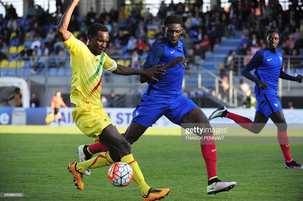 France's Dylan Batubatsika (R) vies with Mali's Adama Niane during the Under 21 international football match betwen France and Mali at the Perruc stadium in Hyeres, southern France on May 24, 2016, as part of the Toulon Hopefuls' Tournament. / AFP / Franck PENNANT