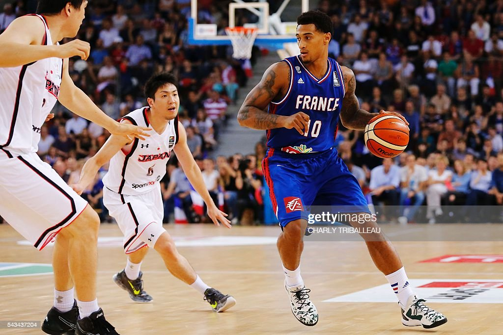 France's Edwin Jackson (R) vies with Japan's Makoto Hiejima (L) during the basketball match between France and Japan at the Kindarena hall in Rouen on June 28, 2016. / AFP / CHARLY