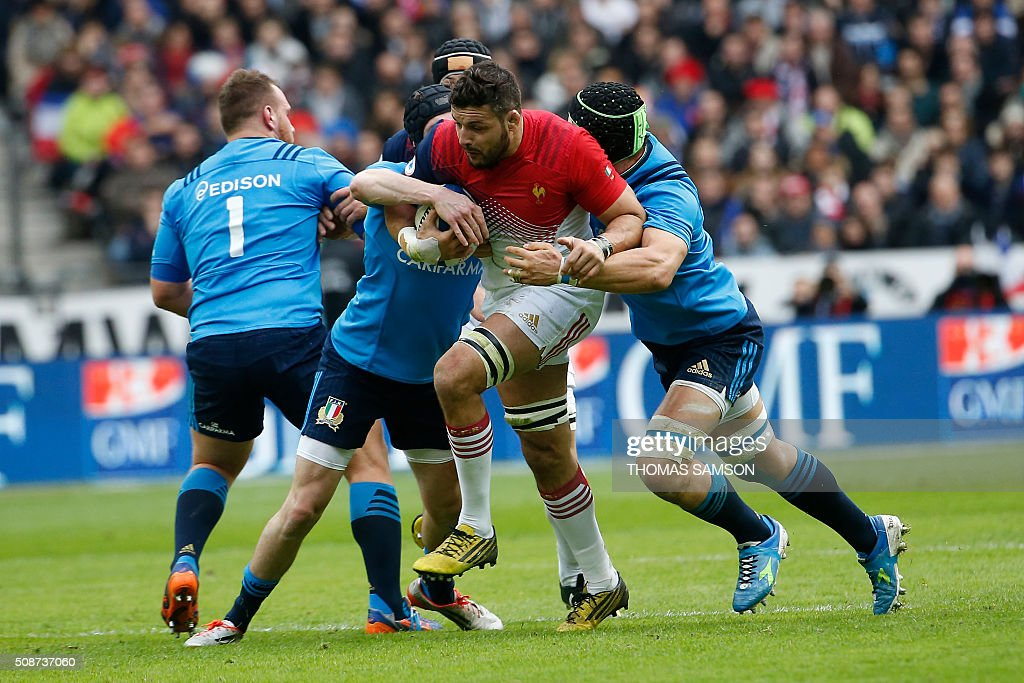 France's flanker Damien Chouly (C) is tackled during the Six Nations international rugby union match between France and Italy at the Stade de France in Saint-Denis, north of Paris, on February 6, 2016. AFP PHOTO / THOMAS SAMSON / AFP / THOMAS SAMSON