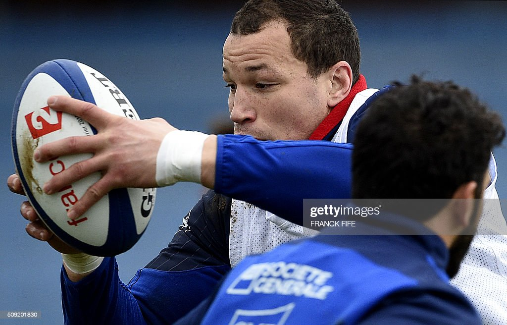 Frances flanker Wenceslas Lauret (L) takes part in a training session in Marcoussis, south of Paris, on February 9, 2016, ahead of the Six Nations international rugby union match between France and Irland. / AFP / FRANCK FIFE