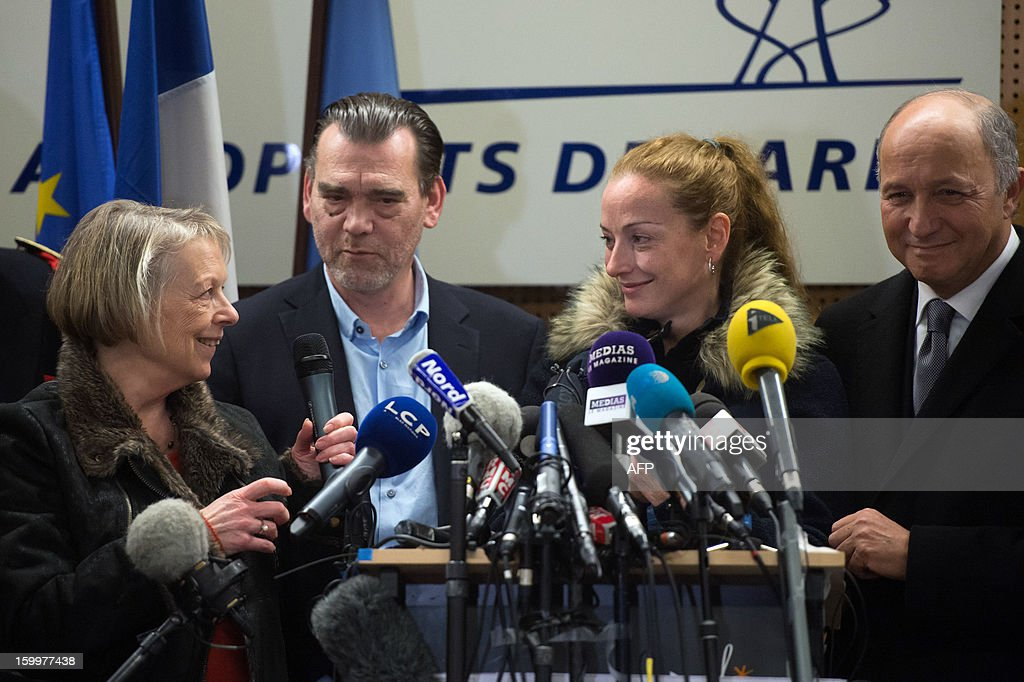 France's Florence Cassez (2nd R) looks at her mother next to her Lawyer Frank Berton and French Foreign Affairs minister Laurent Fabius, during a press conference at Roissy airport on January 24, 2013 in Roissy-en-France where she landed after being freed from a Mexican prison the day before following a Supreme Court ruling that police violated her rights by staging her arrest for kidnapping on national television seven years ago. After facing 60 years in jail, Cassez, 38, took a flight to Paris, hours after three of five justices voted for her immediate release in a case that had strained Franco-Mexican ties. AFP PHOTO / BERTRAND LANGLOIS