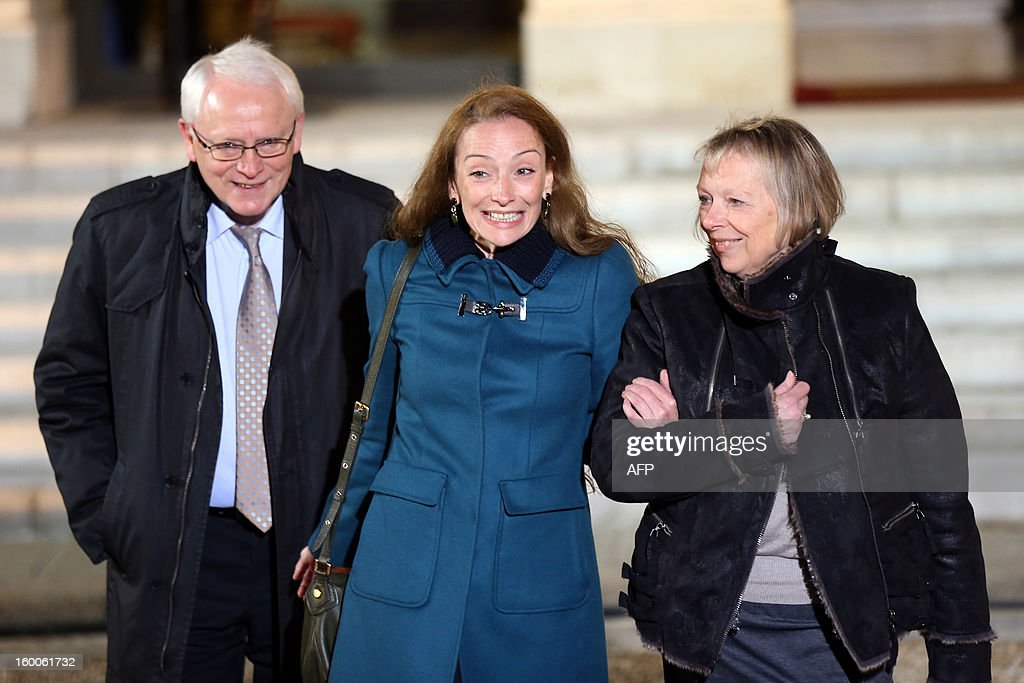 France's Florence Cassez (C) poses flanked by her parents after a meeting with French president Francois Hollande on January 25, 2013 at the Elysee Palace in Paris. Cassez was freed from a Mexican prison two days before following a Supreme Court ruling that police violated her rights by staging her arrest for kidnapping on national television seven years ago. After facing 60 years in jail, Cassez, 38, took a flight to Paris, hours after three of five justices voted for her immediate release in a case that had strained Franco-Mexican ties. AFP PHOTO THOMAS SAMSON
