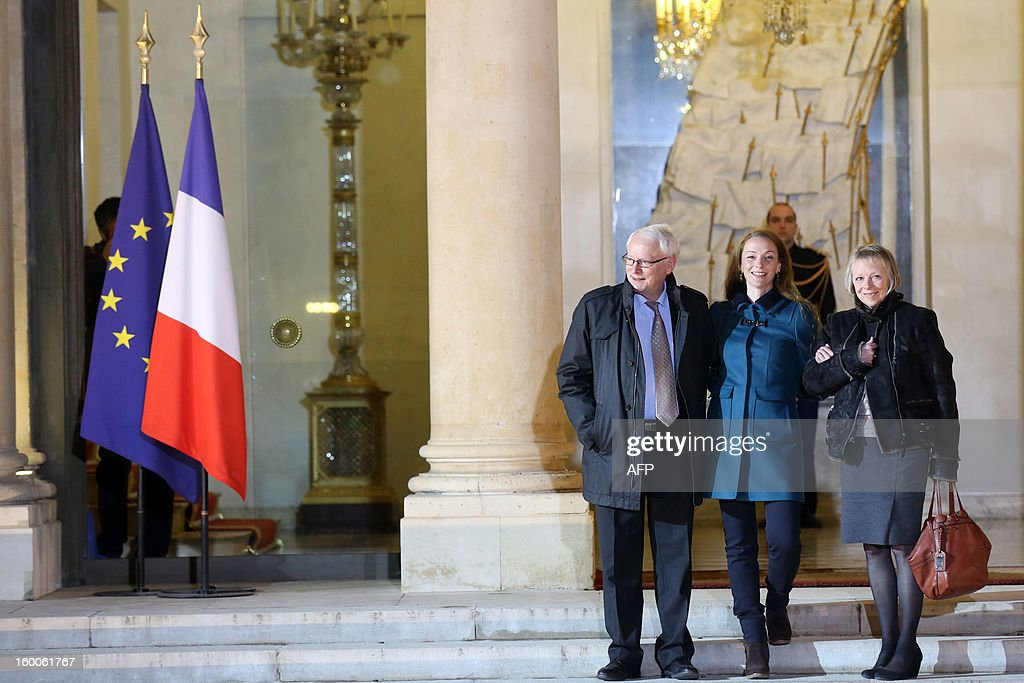 France's Florence Cassez (C) poses flanked by her parents after a meeting with French president Francois Hollande on January 25, 2013 at the Elysee Palace in Paris. Cassez was freed from a Mexican prison two days before following a Supreme Court ruling that police violated her rights by staging her arrest for kidnapping on national television seven years ago. After facing 60 years in jail, Cassez, 38, took a flight to Paris, hours after three of five justices voted for her immediate release in a case that had strained Franco-Mexican ties.