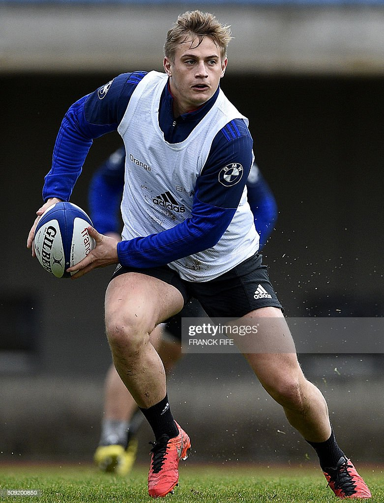 Frances fly half Jules Plisson runs with the ball during a training session in Marcoussis, south of Paris, on February 9, 2016, ahead of the Six Nations international rugby union match between France and Irland. / AFP / FRANCK FIFE