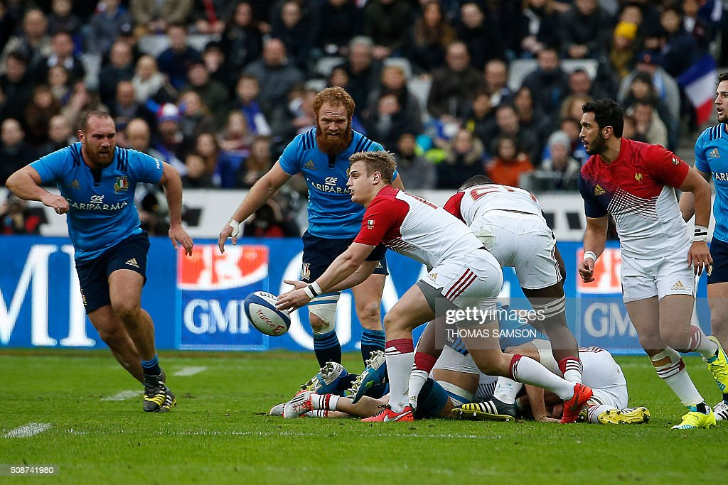 France's fly-half Jules Plisson (C) passes the ball during the Six Nations international rugby union match between France and Italy at the Stade de France in Saint-Denis, north of Paris, on February 6, 2016. AFP PHOTO / THOMAS SAMSON / AFP / THOMAS SAMSON