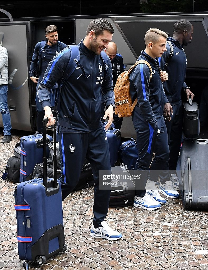 France's forward Andre Pierre Gignac (L), France's defender Lucas Digne and their teammates arrive at the hotel in Neustift im Stubaital near Innsbruck, Austria, on May 31, 2016, where the team stays for a traning camp as part of preparations for the upcoming Euro 2016 European football championships. / AFP / FRANCK