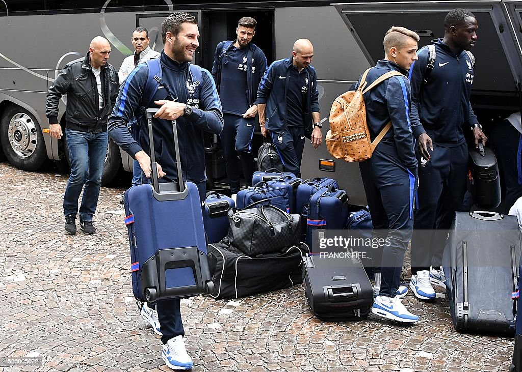 France's forward Andre Pierre Gignac, France's forward Olivier Giroud, France's defender Christophe Jallet and France's defender Lucas Digne and their teammates arrive at the hotel in Neustift im Stubaital near Innsbruck, Austria, on May 31, 2016, where the team stays for a traning camp as part of preparations for the upcoming Euro 2016 European football championships. / AFP / FRANCK