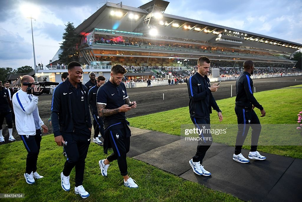 France's forward Anthony Martial, France's goalkeeper Benoit Costil and France's midfielder Morgan Schneiderlin walk at Vincennes racetrack, on May 27, 2016 in Vincennes, on the sideline of the team's preparation for the friendly football match France vs Cameroun as part of the team's preparation for the upcoming Euro 2016 European football championships. / AFP / FRANCK
