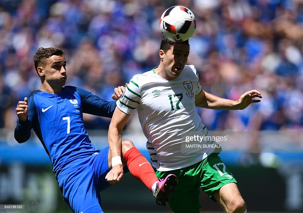 France's forward Antoine Griezmann (L) and Ireland's defender Stephen Ward vie for the ball during the Euro 2016 round of 16 football match between France and Republic of Ireland at the Parc Olympique Lyonnais stadium in Décines-Charpieu, near Lyon, on June 26, 2016. / AFP / MARTIN