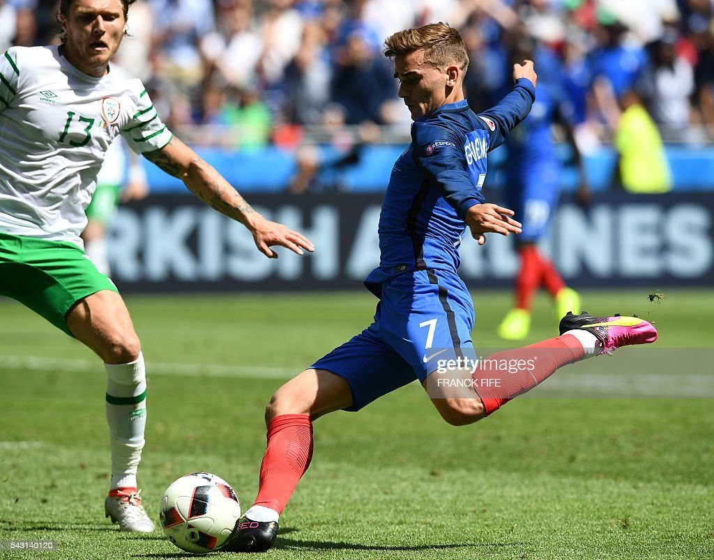 France's forward Antoine Griezmann (R) and Ireland's midfielder Jeffrey Hendrick vie for the ball during the Euro 2016 round of 16 football match between France and Republic of Ireland at the Parc Olympique Lyonnais stadium in Décines-Charpieu, near Lyon, on June 26, 2016. / AFP / FRANCK