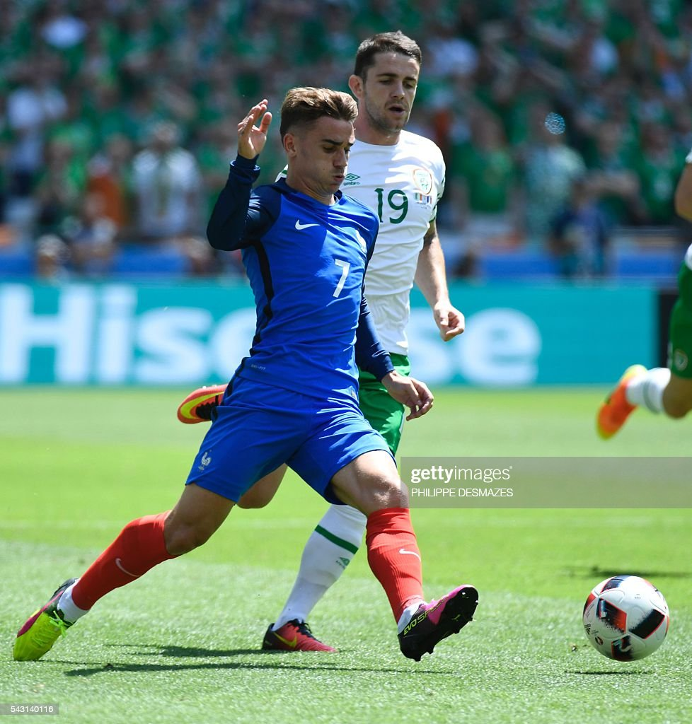 France's forward Antoine Griezmann (L) and Ireland's midfielder Robert Brady vie for the ball during the Euro 2016 round of 16 football match between France and Republic of Ireland at the Parc Olympique Lyonnais stadium in Décines-Charpieu, near Lyon, on June 26, 2016. / AFP / PHILIPPE