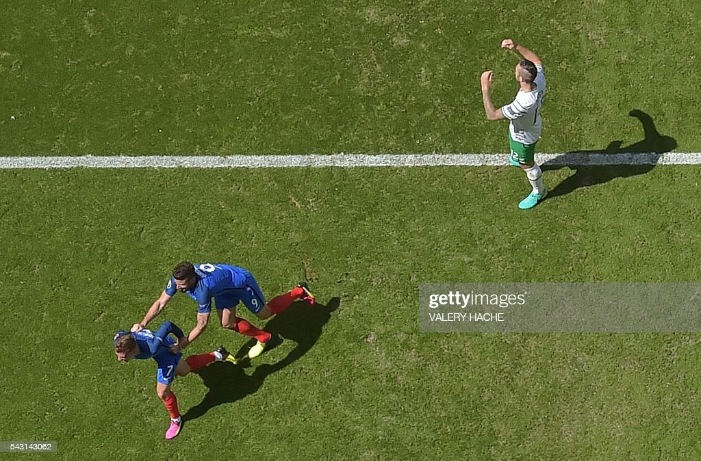 France's forward Antoine Griezmann (bottom, L) celebrates after scoring during the Euro 2016 round of 16 football match between France and Republic of Ireland at the Parc Olympique Lyonnais stadium in Décines-Charpieu, near Lyon, on June 26, 2016. / AFP / Valery HACHE