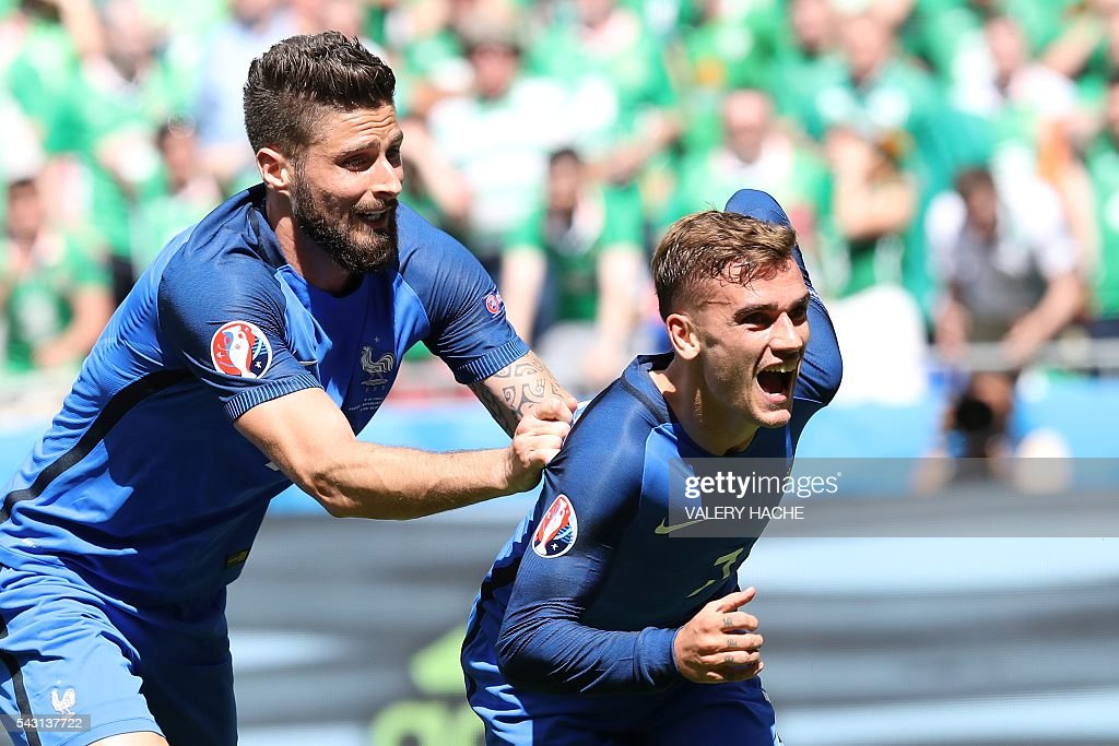 France's forward Antoine Griezmann (R) celebrates scoring a goal next to France's forward Olivier Giroud during the Euro 2016 round of 16 football match between France and Republic of Ireland at the Parc Olympique Lyonnais stadium in Décines-Charpieu, near Lyon, on June 26, 2016. / AFP / Valery HACHE