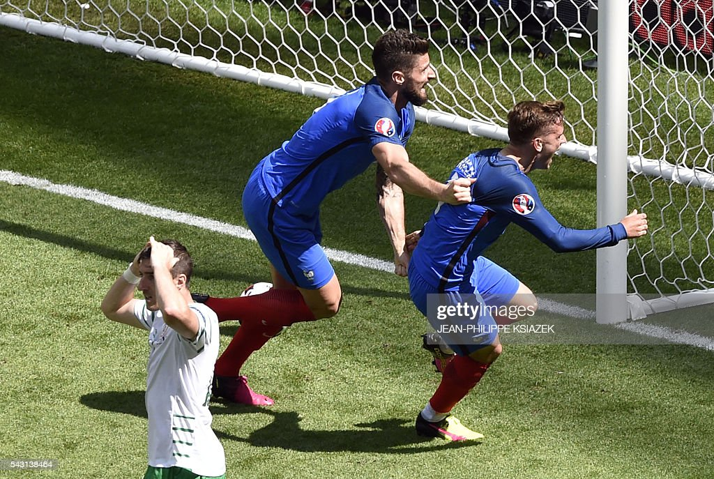 France's forward Antoine Griezmann (R) celebrates scoring a goal next to France's forward Olivier Giroud during the Euro 2016 round of 16 football match between France and Republic of Ireland at the Parc Olympique Lyonnais stadium in Décines-Charpieu, near Lyon, on June 26, 2016. / AFP / JEAN
