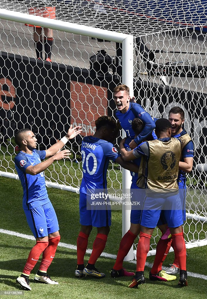 France's forward Antoine Griezmann (R) celebrates scoring a second goal with team mates during the Euro 2016 round of 16 football match between France and Republic of Ireland at the Parc Olympique Lyonnais stadium in Décines-Charpieu, near Lyon, on June 26, 2016. / AFP / JEAN