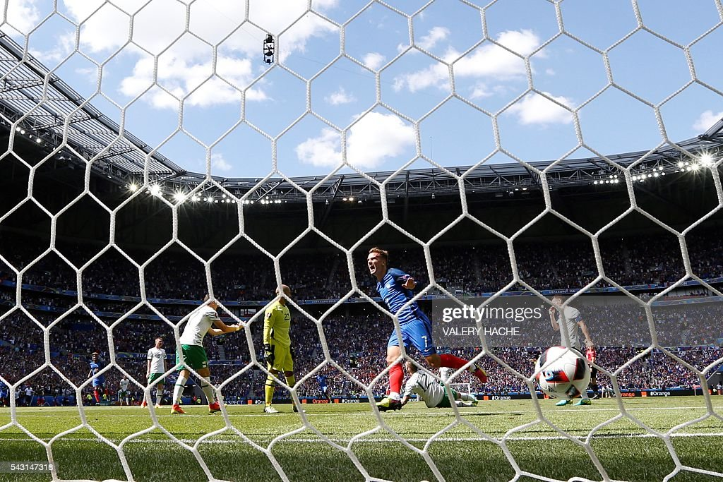France's forward Antoine Griezmann celebrates scoring a second goal past Ireland's goalkeeper Darren Randolph during the Euro 2016 round of 16 football match between France and Republic of Ireland at the Parc Olympique Lyonnais stadium in Décines-Charpieu, near Lyon, on June 26, 2016. France won the match 2-1. / AFP / Valery HACHE