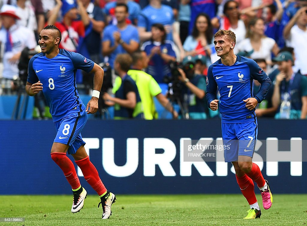 France's forward Antoine Griezmann (R) celebrates with France's forward Dimitri Payet after scoring during the Euro 2016 round of 16 football match between France and Republic of Ireland at the Parc Olympique Lyonnais stadium in Décines-Charpieu, near Lyon, on June 26, 2016. / AFP / FRANCK
