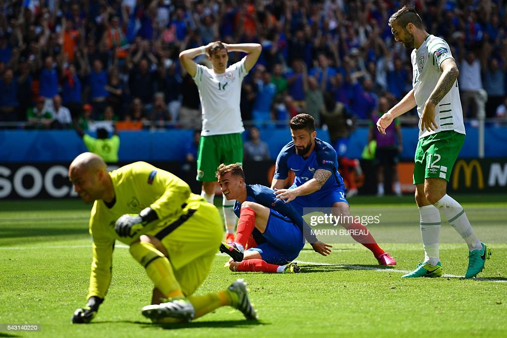 France's forward Antoine Griezmann (C-L) celebrates with France's forward Olivier Giroud (C-R) after scoring against Ireland's goalkeeper Darren Randolph (L) during the Euro 2016 round of 16 football match between France and Republic of Ireland at the Parc Olympique Lyonnais stadium in Décines-Charpieu, near Lyon, on June 26, 2016. / AFP / MARTIN