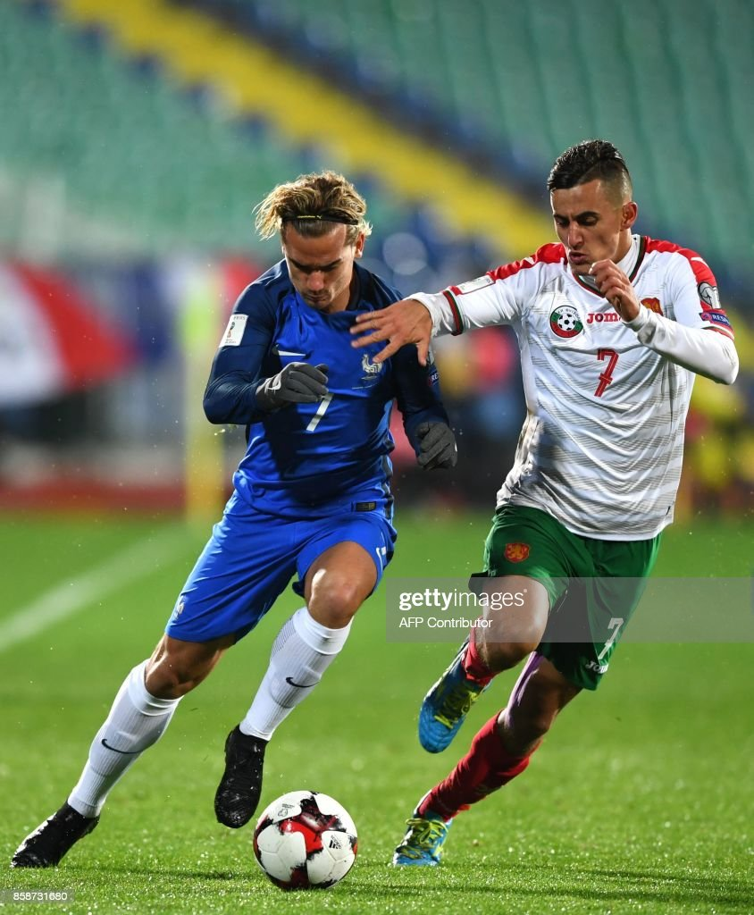 France's forward Antoine Griezmann (L) fights for the ball with Bulgaria's midfielder Georgi Kostadinov during the FIFA World Cup 2018 qualifying football match between Bulgaria and France at The Vasil Levski Stadium in Sofia on October 7, 2017. / AFP PHOTO / Dimitar DILKOFF