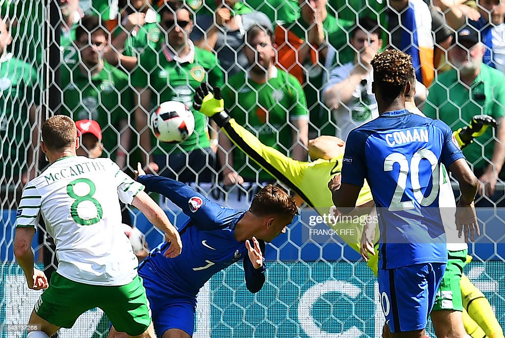 France's forward Antoine Griezmann (2nd L) heads the ball to score against Ireland's goalkeeper Darren Randolph during the Euro 2016 round of 16 football match between France and Republic of Ireland at the Parc Olympique Lyonnais stadium in Décines-Charpieu, near Lyon, on June 26, 2016. / AFP / FRANCK