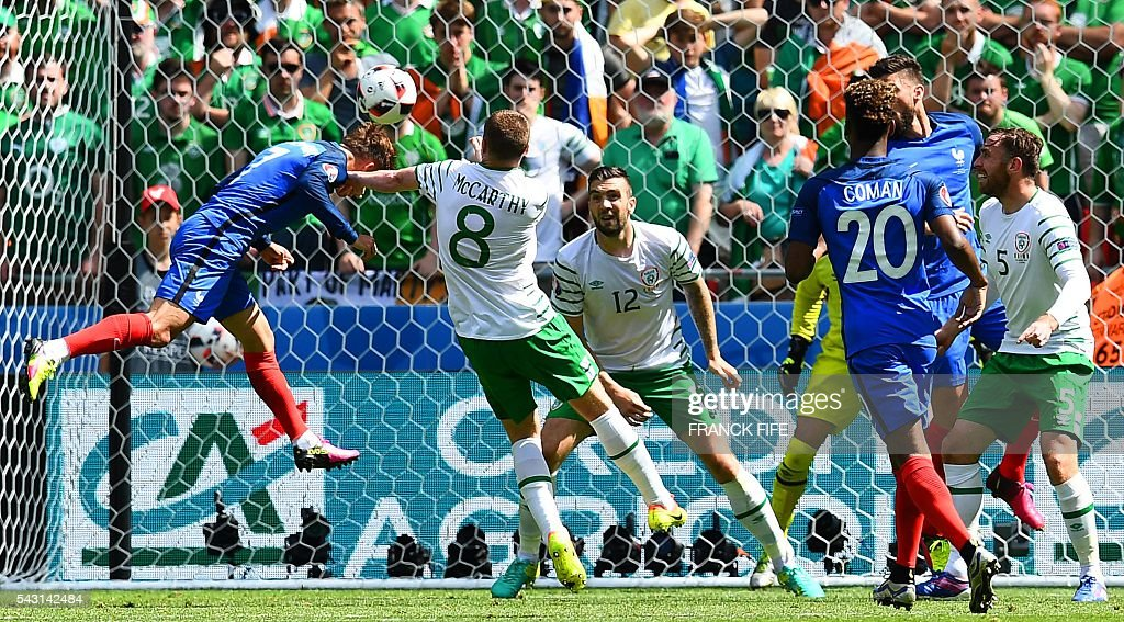 TOPSHOT - France's forward Antoine Griezmann (L) heads the ball to score during the Euro 2016 round of 16 football match between France and Republic of Ireland at the Parc Olympique Lyonnais stadium in Décines-Charpieu, near Lyon, on June 26, 2016. / AFP / FRANCK