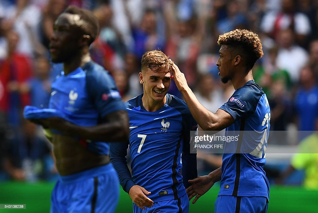 France's forward Antoine Griezmann (C) is congratulated by France's forward Kingsley Coman (R) after scoring during the Euro 2016 round of 16 football match between France and Republic of Ireland at the Parc Olympique Lyonnais stadium in Décines-Charpieu, near Lyon, on June 26, 2016. / AFP / FRANCK
