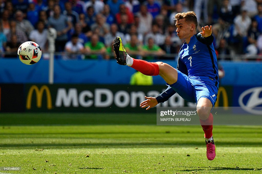 France's forward Antoine Griezmann kicks the ball during the Euro 2016 round of 16 football match between France and Republic of Ireland at the Parc Olympique Lyonnais stadium in Decines-Charpieu, near Lyon, on June 26, 2016. / AFP / MARTIN