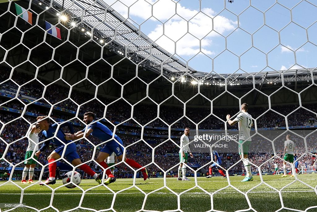 France's forward Antoine Griezmann scores a first goal past Ireland's goalkeeper Darren Randolph during the Euro 2016 round of 16 football match between France and Republic of Ireland at the Parc Olympique Lyonnais stadium in Décines-Charpieu, near Lyon, on June 26, 2016. France won the match 2-1. / AFP / Valery HACHE