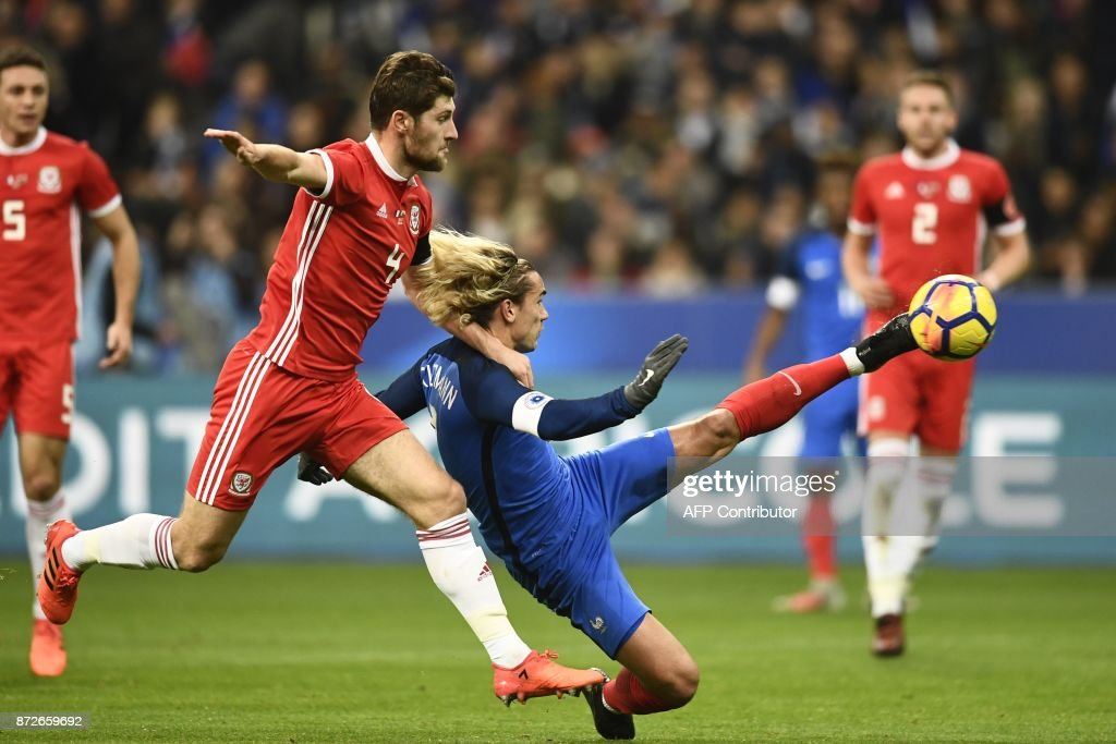 France's forward Antoine Griezmann (C) scores a goal during the friendly football match between France and Wales at the Stade de France stadium, in Saint-Denis, on the outskirts of Paris, on November 10, 2017. /