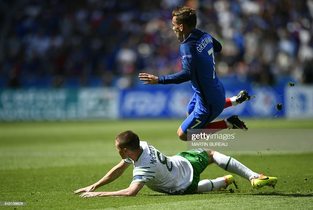 France's forward Antoine Griezmann (R) vies for the ball with Ireland's midfielder James McCarthy during the Euro 2016 round of 16 football match between France and Republic of Ireland at the Parc Olympique Lyonnais stadium in Decines-Charpieu, near Lyon, on June 26, 2016. / AFP / MARTIN
