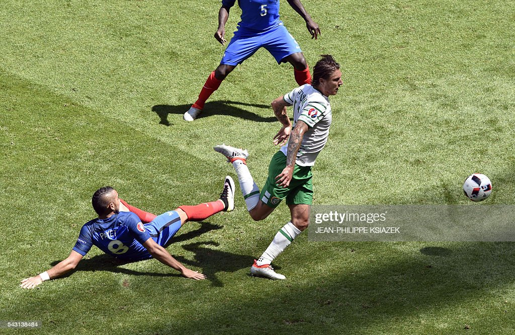 France's forward Dimitri Payet (L) and Ireland's midfielder Jeffrey Hendrick vie for the ball during the Euro 2016 round of 16 football match between France and Republic of Ireland at the Parc Olympique Lyonnais stadium in Décines-Charpieu, near Lyon, on June 26, 2016. / AFP / JEAN