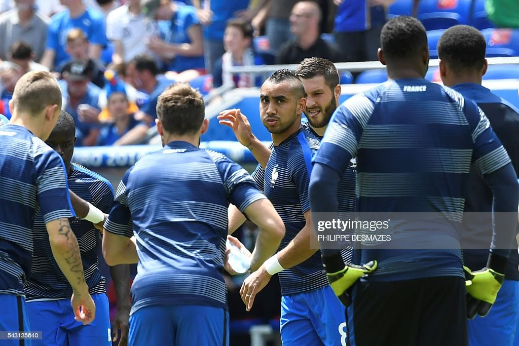 France's forward Dimitri Payet (C) and other players warm up ahead the Euro 2016 round of 16 football match between France and Republic of Ireland at the Parc Olympique Lyonnais stadium in Décines-Charpieu, near Lyon, on June 26, 2016. / AFP / PHILIPPE