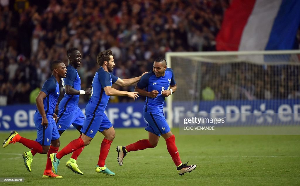 France's forward Dimitri Payet (R) celebrates with his teammates midfielder Yohan Cabaye (C) midfielder N'Golo Kante (2nd L) and defender Patrice Evra (L) after scoring a goal during the International friendly football match between France and Cameroon at the Beaujoire stadium, in Nantes, western France, on May 30, 2016 as part of the French team's preparation for the upcoming Euro 2016 European football championships. / AFP / LOIC