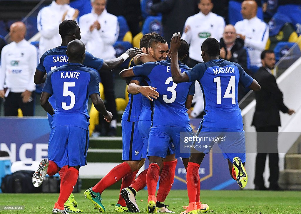 France's forward Dimitri Payet (C) is congratuled by teammates after scoring a goal during the friendly football match between France and Cameroon, at the Beaujoire Stadium in Nantes, western France, on May 30, 2016. / AFP / FRANCK