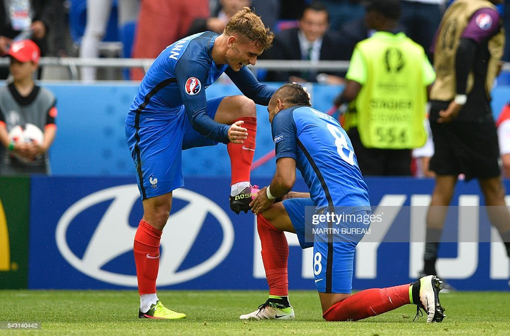 France's forward Dimitri Payet (R) kisses the shoe of France's forward Antoine Griezmann (L) after he scored during the Euro 2016 round of 16 football match between France and Republic of Ireland at the Parc Olympique Lyonnais stadium in Décines-Charpieu, near Lyon, on June 26, 2016. / AFP / MARTIN