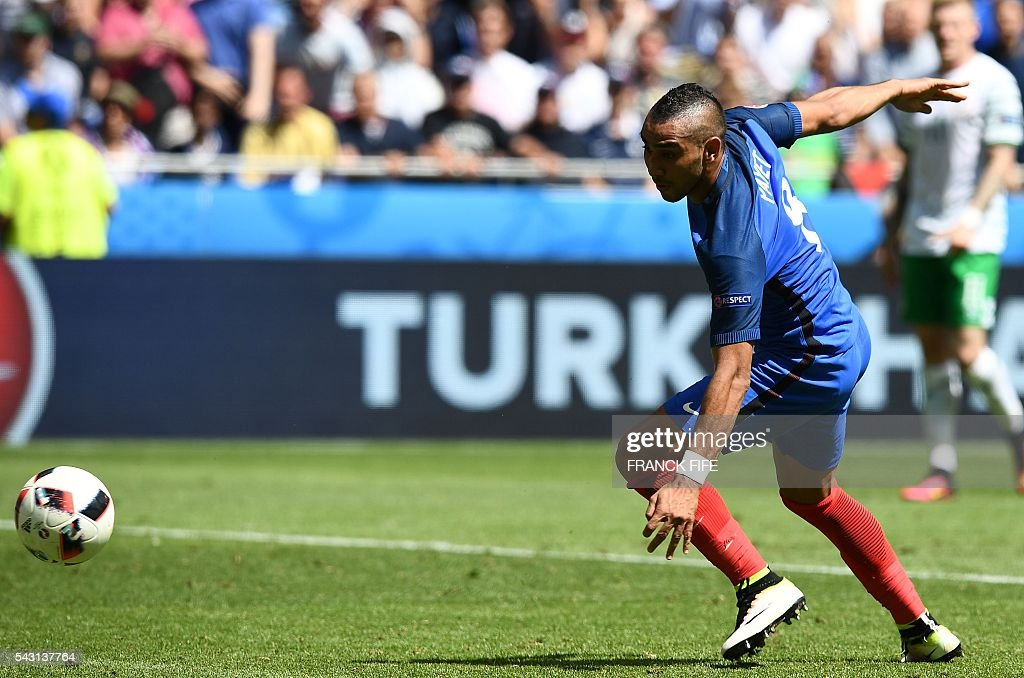France's forward Dimitri Payet plays the ball during the Euro 2016 round of 16 football match between France and Republic of Ireland at the Parc Olympique Lyonnais stadium in Décines-Charpieu, near Lyon, on June 26, 2016. / AFP / FRANCK