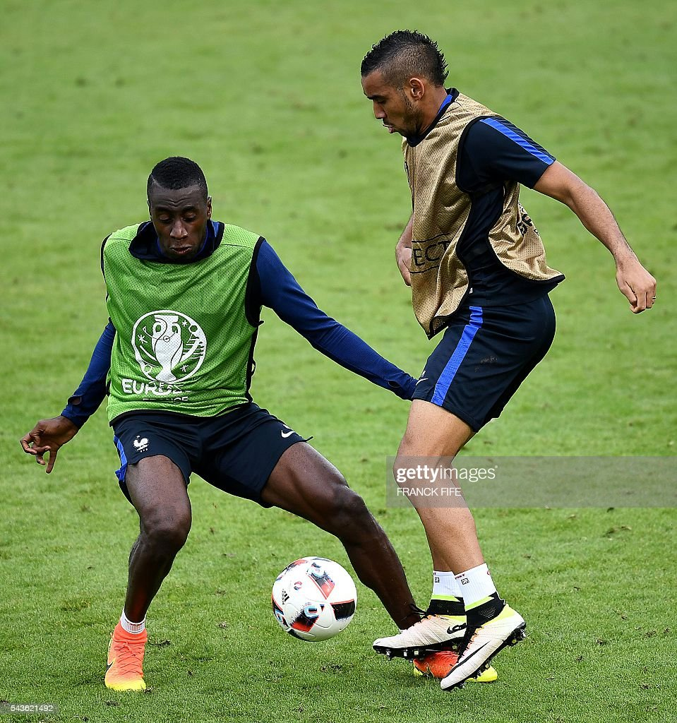 France's forward Dumitri Payet (R) and France's midfielder Blaise Matuidi take part in a training session in Clairefontaine-en-Yvelines, southwest of Paris, on June 29, 2016, during the Euro 2016 football tournament. / AFP / FRANCK