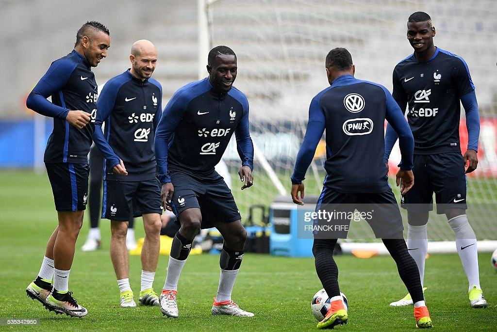 France's forward Dumitri Payet, defender Christophe Jallet, midfielder Moussa Sissoko, defender Patrice Evra and France's midfielder Paul Pogba attend a training session at the Beaujoire Stadium in Nantes, western France, on May 29, 2016, on the eve of the friendly football match against Cameroun as part of the team's preparation for the upcoming Euro 2016 European football championships. / AFP / FRANCK