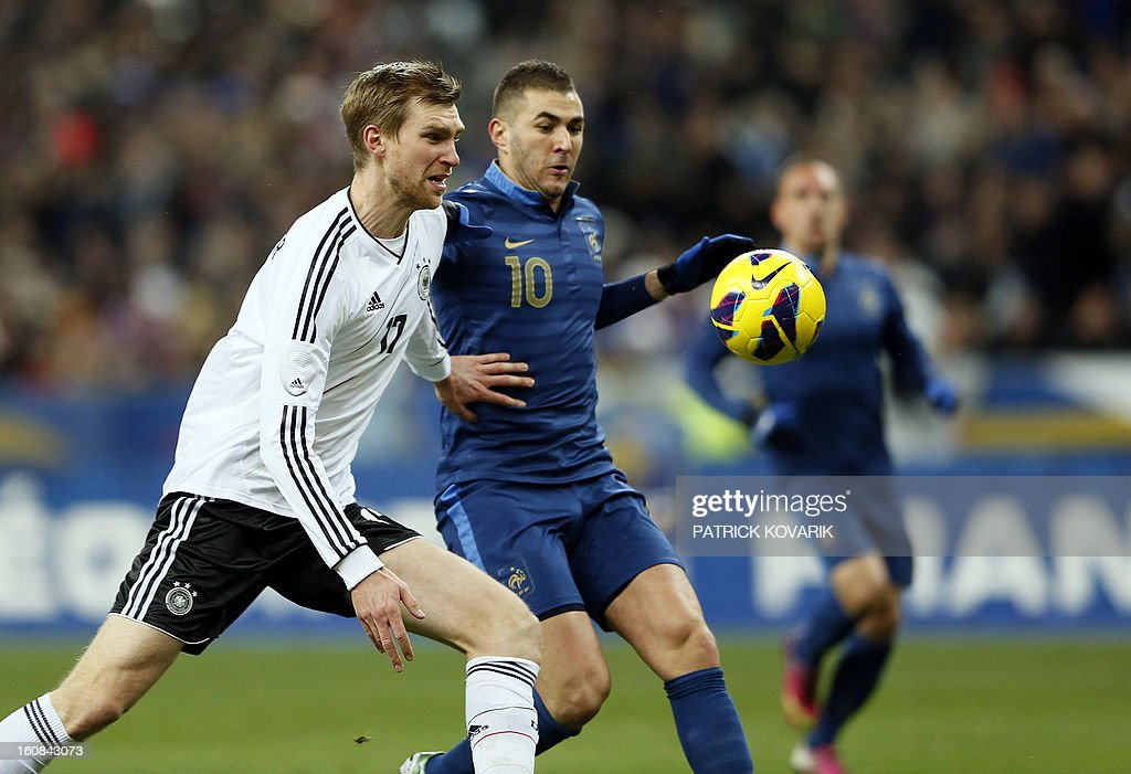 France's forward Karim Benzema (R) vies with Germany's defender Per Mertesacker during a friendly international football match between France and Germany on February 6, 2013 at the Stade de France in Saint-Denis, near Paris. AFP PHOTO / PATRICK KOVARIK